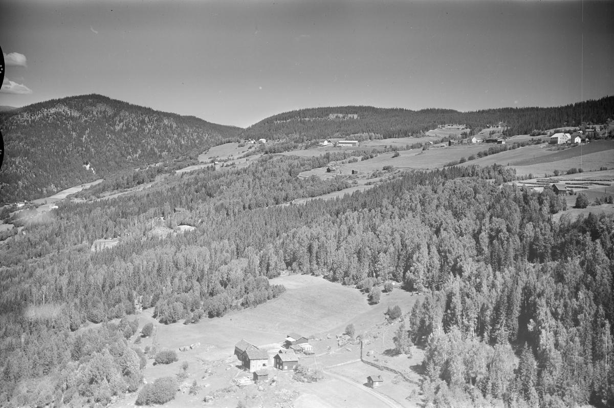 Laukomtunet på Tretten med Kartberget i bakgrunnen til venstre