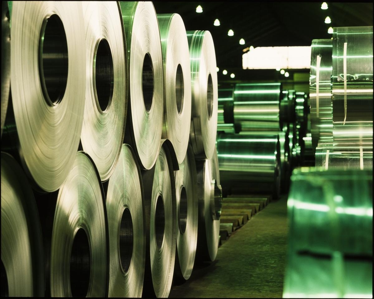 Nærbilde av ruller med aluminium ved aluminiumsverket på Karmøy.