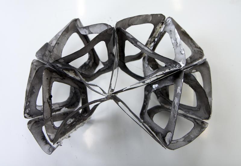 Skulpturelt objekt vist i utstilling. (Foto/Photo)