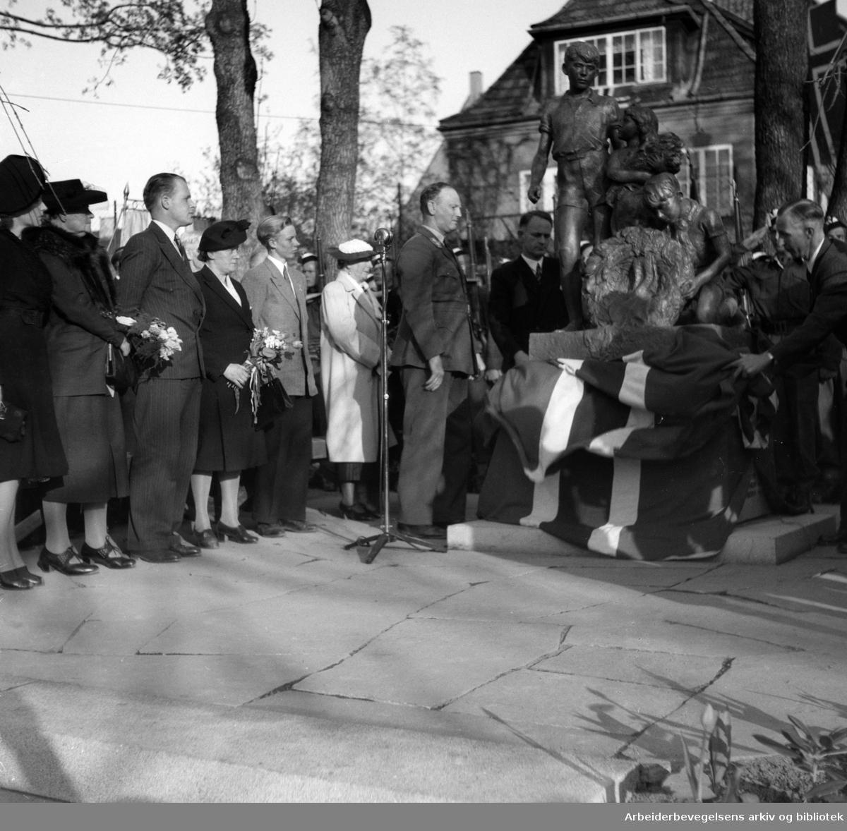 Monumentet over de falne under andre verdenskrig i Ullevål skolekrets, avduket. Nærmest monumentet, generalløytnant Olaf Helset og formannen i monumentkomiteen, dr. phil. Sigurd Willoch. Mai 1948.