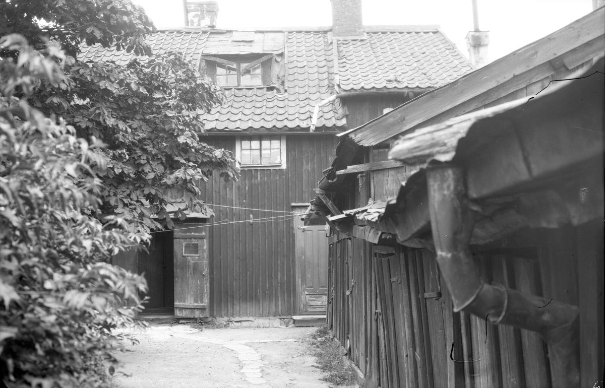 Gårdsinteriör från Hunnebergsgatan 31 i Linköping. Vid tiden för bilden ägdes gården av fabrikör Per Josef Sandberg