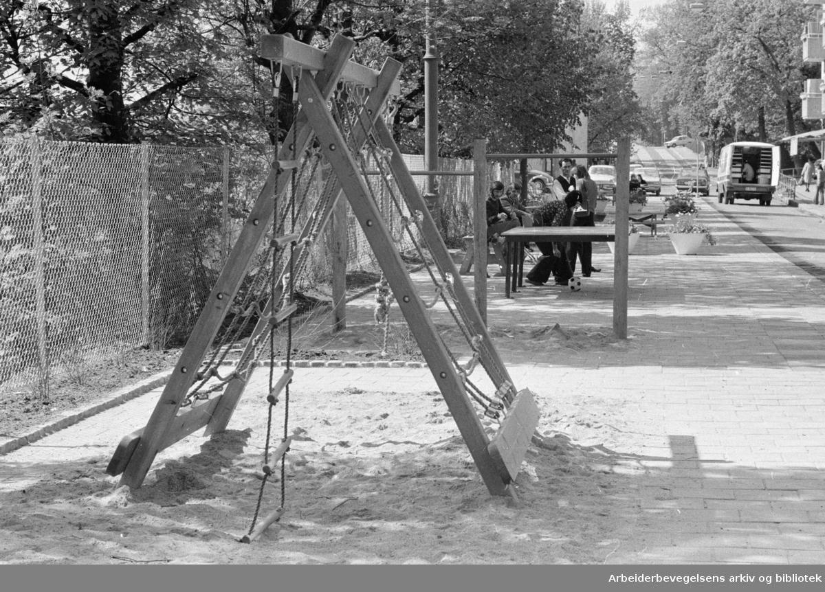 """Ruseløkka. Her i Lassons gate har en steinørken blitt gjort om til en oase. To av de ansatte ved """"Nudden"""" lekesenter, Marit Nærli og Kari Skovland. Mai 1975"""
