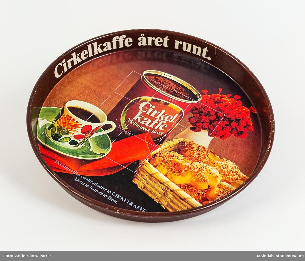 Kaffekoppen med fat på brickans fotografi, ingår i servisen Tahiti och är designad av Stig Lindberg, 1971. Servisen tillverkades av Gustavsbergs Porslinsfabrik.