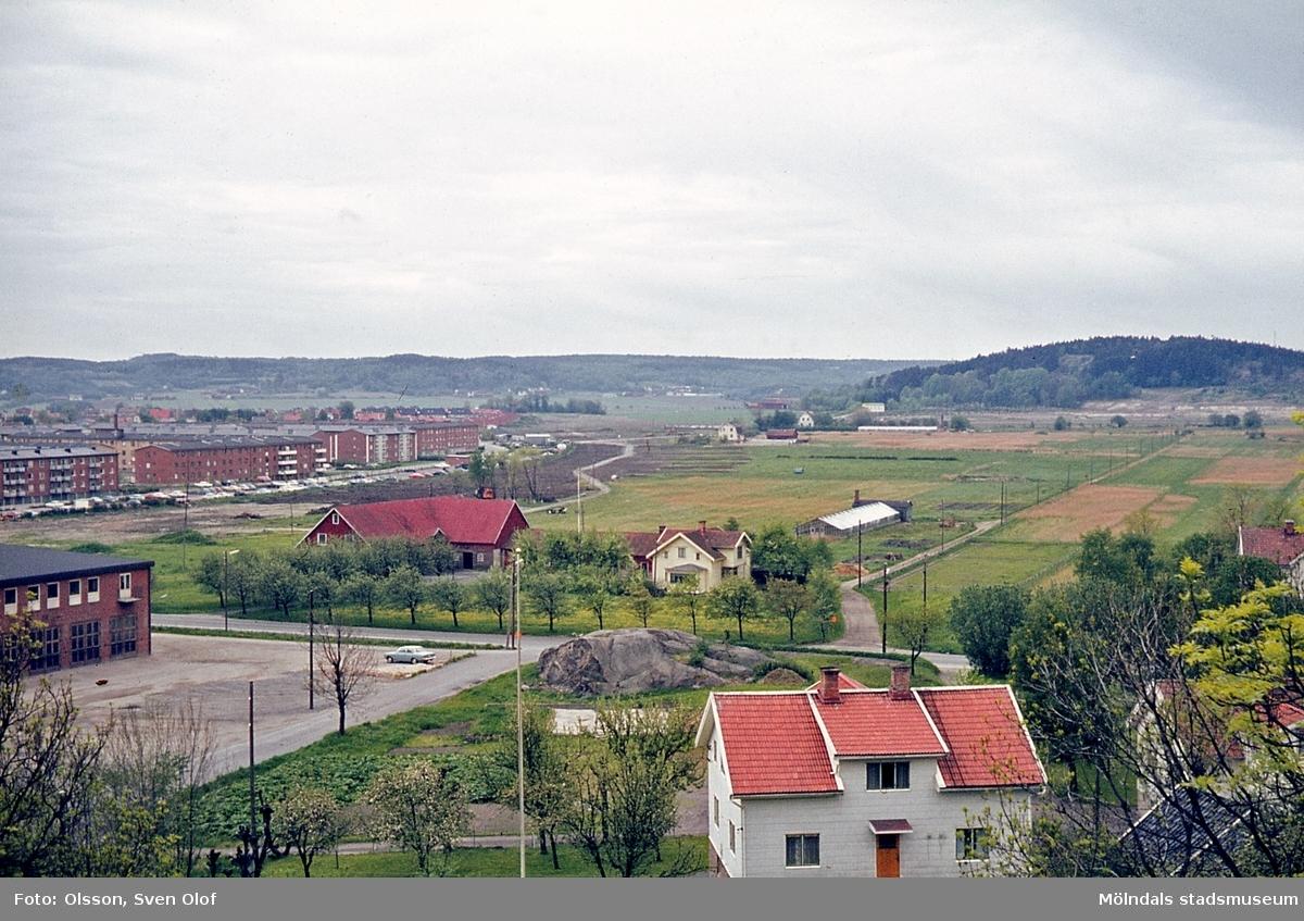 Toltorp i Mölndal, år 1965. Vy mot kyrkogården. I förgrunden Sörgården 1 och 2. Nr 1 endast mangårdsbyggnaden.