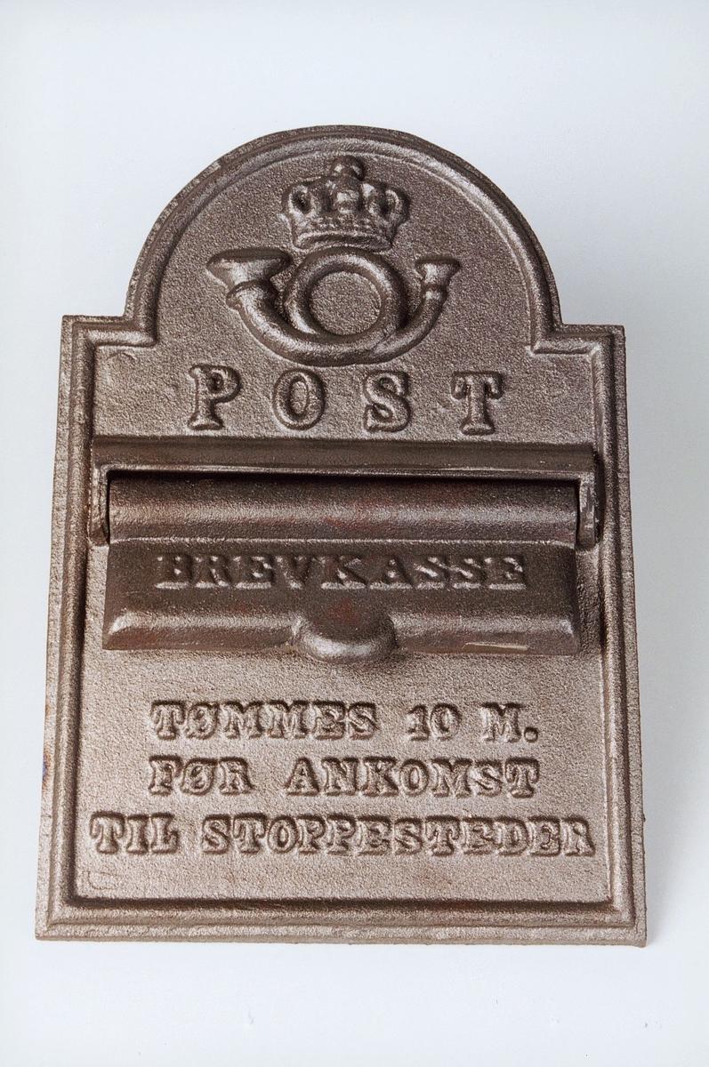 Postinnkast i metall for postekspedisjon på tog/ båt.  Påskrift om at postinnkastet tømmes 10 minutter før ankomst stoppested.