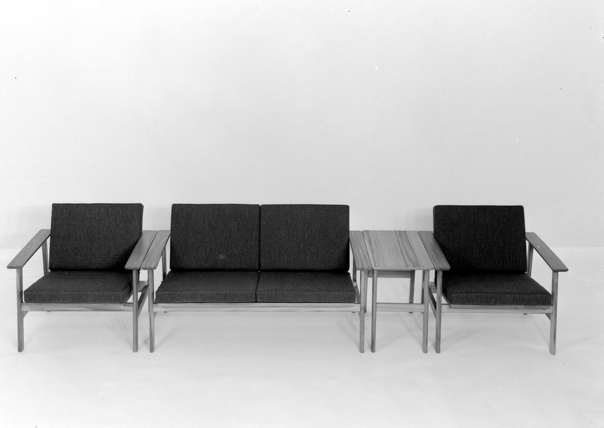 Sittegruppe/ seksjon. Enkeltstolar og bord satt saman.