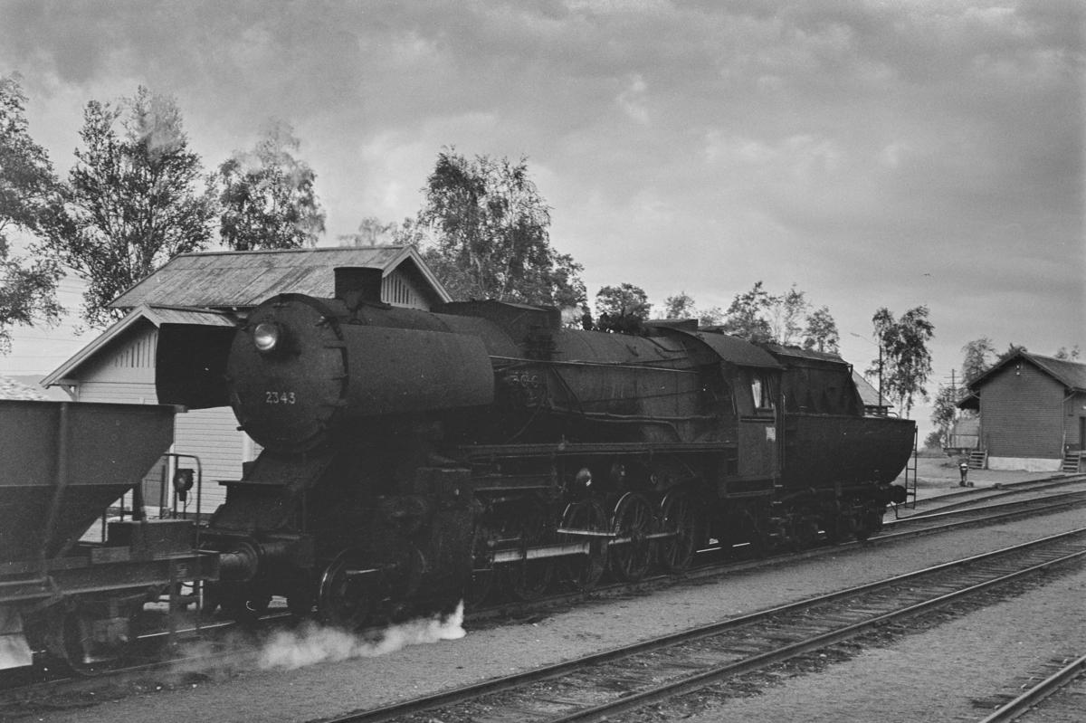 Grustog på Skogn stasjon. Toget trekkes av damplokomotiv type 63a nr. 2343.