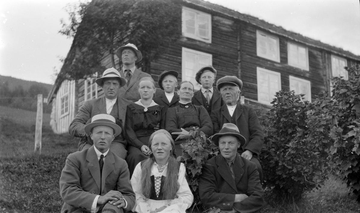 Systugu Bjorli, Johanne og Tosten Bjorli med alle barna og en svigersønn