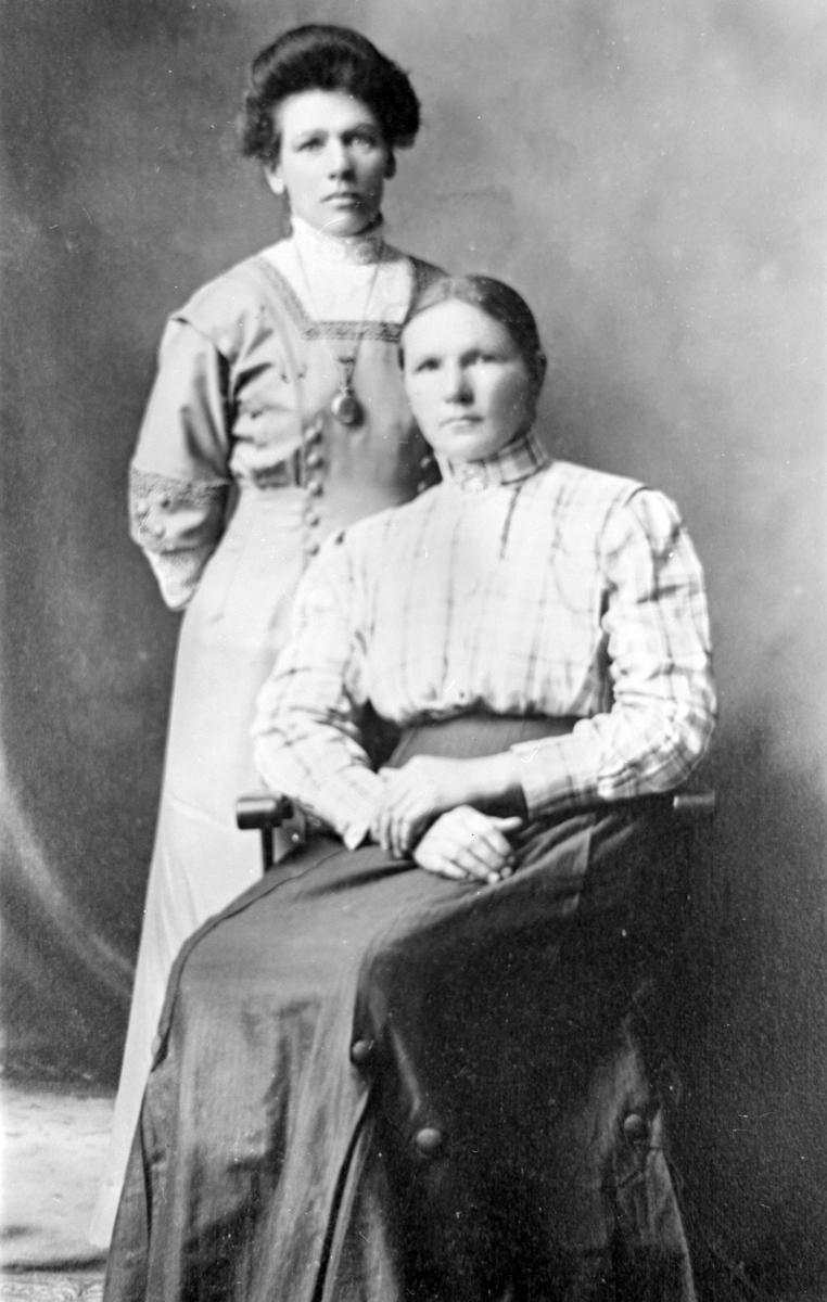 To damer i fine klær ca 30 år