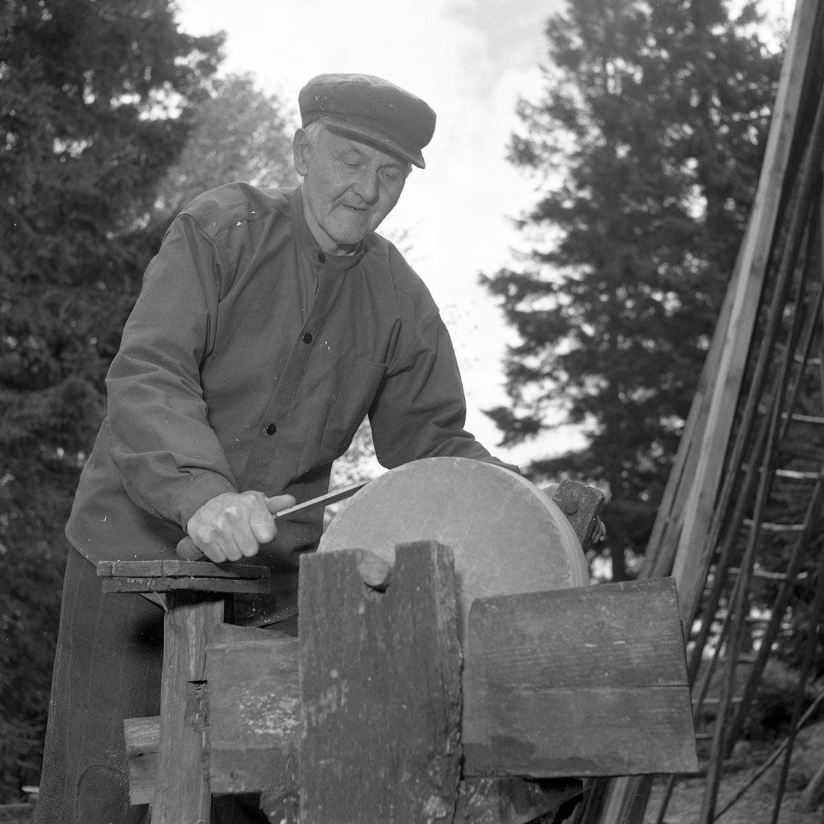 Johan Nilsson vid slipstenen.