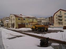 Bygningsmiljø på Kaarbøverkstedet. Anleggsmaskin midt i bild