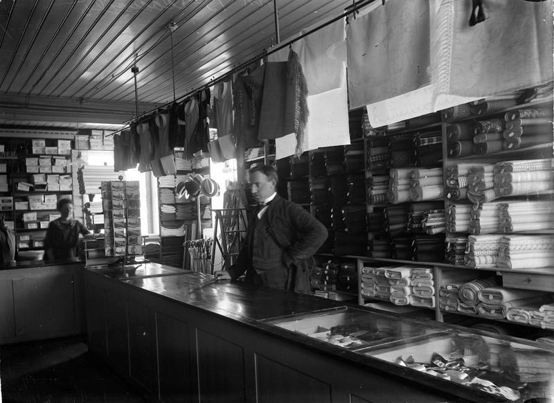 Den klassiske diskbetjente butikken. Varene var plassert bak disken i et strengt ordensregime og butikkbetjeningen kontrollerte utvalget som ble demonstrert for kundene. Fra Aamodt manufaktor, Romerike 1920-1930. Foto: Johannes Markus Holmsen, MiA.