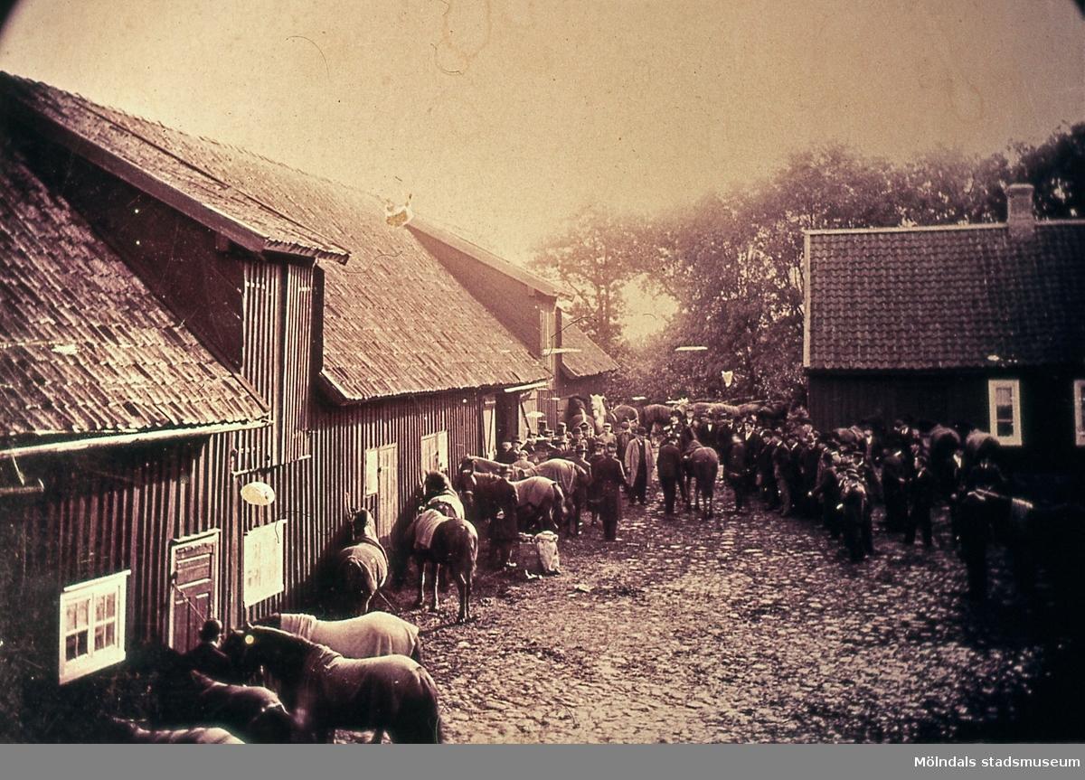 Tyskarna köper hästar på Åby Frälsegård i Åby, Mölndal, år 1915. Från vänster ses Rudolf Dahlström, Kärra Storgård, som var hans föräldrahem. Dahlström köpte senare en gård i Långeberg, okänd person, poliskonstapel Hellqvist och Isedor Axelsson, Stora Åby.  Reprofotografi.