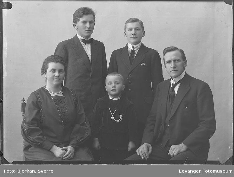 Gruppebilde av familien Weche fornavn er ukjent