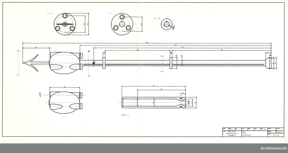 """Grupp F II. Fyrpil med tre raketer för projektilens framdrivande. 15-1600-tal.    På stången träskivor för dess centrereing i utskjutningsröret.   Det finns röntgenbilder (3 st) på """"raketkroppen"""". Troligen tagna på 1970-talet. Analysen av röntgenbilderna visade på 53% salpeter, 8% svavel och 6% fukt. 1986-05-14 /EW"""