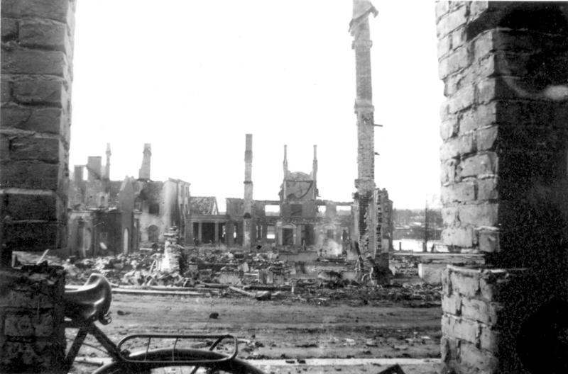 Bombene utslettet det meste av Elverum sentrum. Fotograf ukjent/Glomdalsmuseets fotoarkiv.