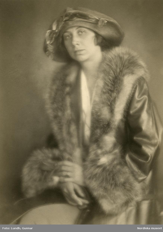 Porträtt av okänd dam i hatt och pälsbrämad kappa. Varuhuset Wertheims porträttateljé, Berlin.