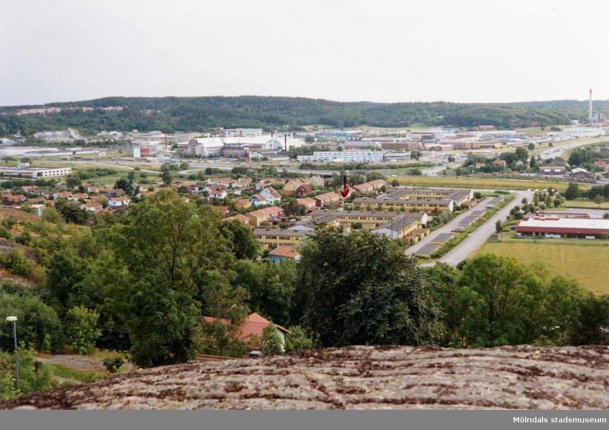 Bostadsbebyggelse vid Flintegatan i Brännås, Mölndal, år 1994. I bakgrunden ses även industribebyggelse i Åbro industriområde.