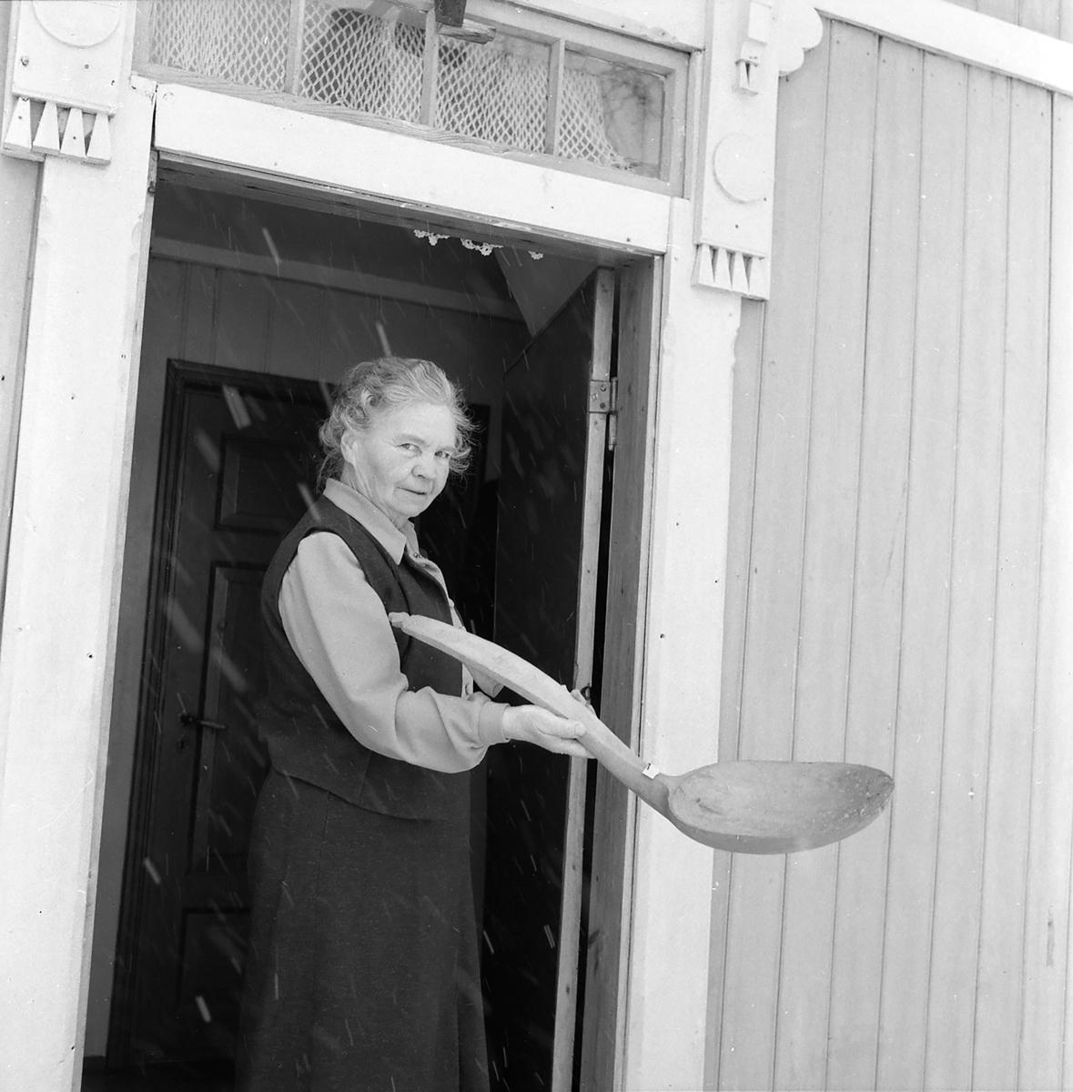 Anne Eide med treskje fra 1700-tallet fra ektemannen Iver sin gårdssamling.