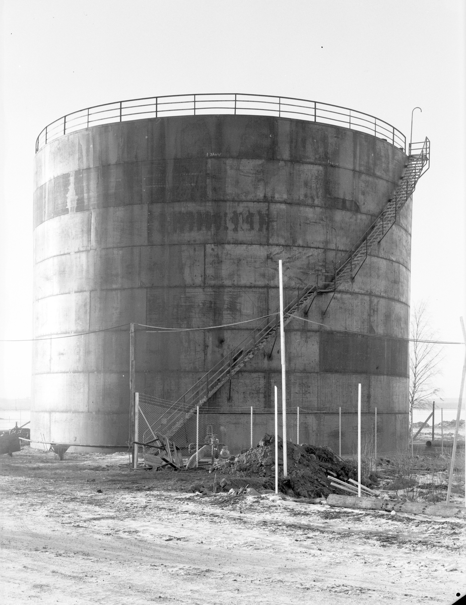 Ny oljecistern i Fredriksskans oljehamn. Den 17 december 1954 Levererad av ASJ - Parca