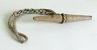 2 stycken. Spolformiga trästycken med rännor runt mitten, i vilka en lina viras.