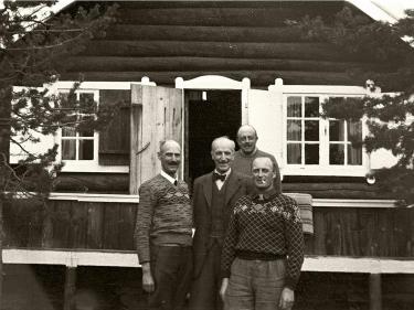 Kongen og Kronprinsen utenfor hytta Trangen i Balsfjord. Mellom 2. mai og 7. juni 1940 oppholder Kongen seg her. Foto: Nikolai Ramm Østgaard/De kongelige samlinger. (Foto/Photo)