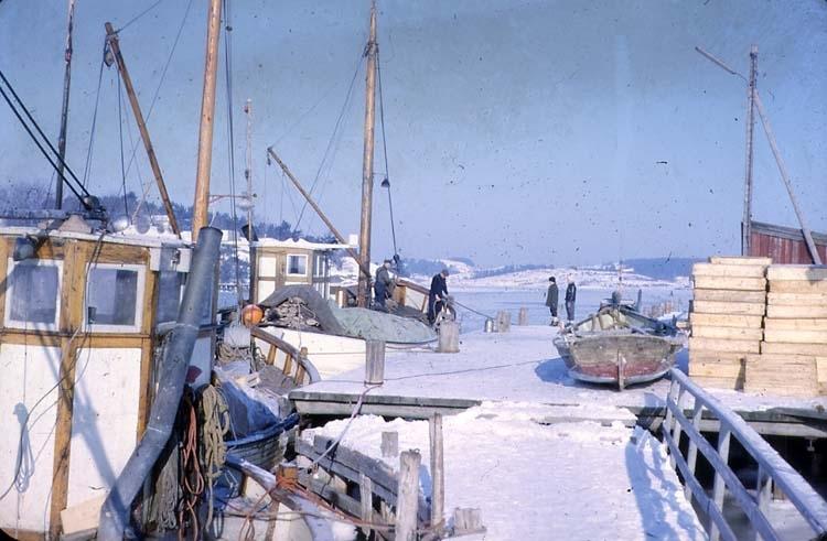 Stenungsön. Vinterbild av bryggan och fiskebåt.