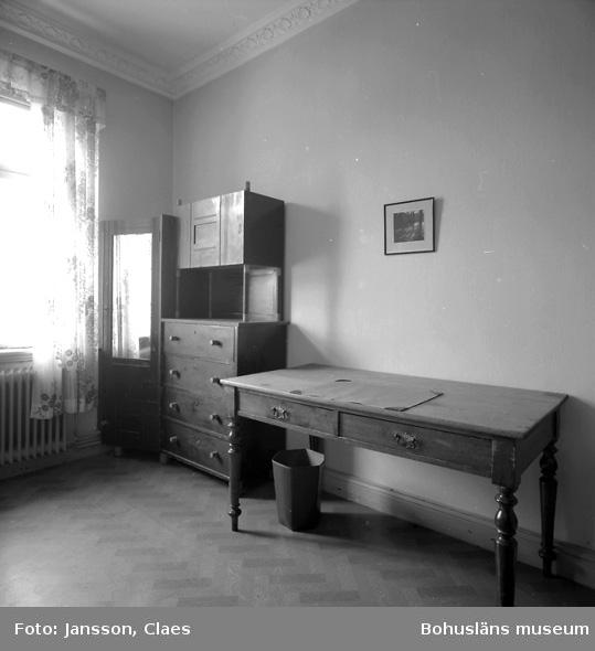 """Enligt uppgift: """"Gästrummet närmast biblioteket. Sängarna inköpta 1987. Hörnskåp med spegel, orginal""""."""