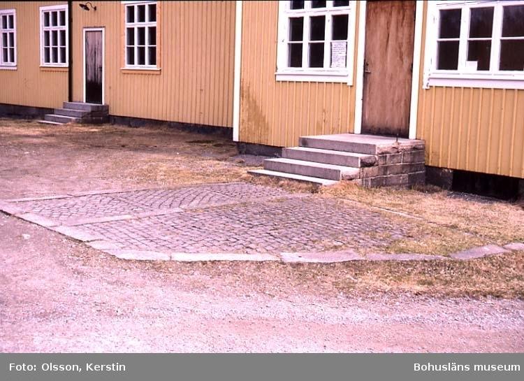 """Text på kortet: """"Detalj Härnäsets Folkets hus Fågelvik. Bro sn. April 1987""""."""