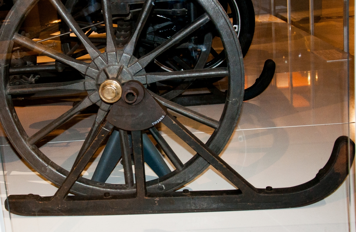 Åkvagn för 4 personer. Den första förbränningsmotordrivna bilen som byggts i Sverige. I detta sista utförande från 1901 ligger en fotogenmotor under vagnsgolvet, vilken startas med vev. Reglage på en styrkolonn under styret, spak för i- och urkoppling av motorn samt handbromsspak på höger sida. Vagnskorg av trä och hjul byggda av C A Carlsson & Söner i Stockholm. Korgen byggd speciellt för bilen och bakhjulen är kraftigt utförda för att tåla att användas som drivhjul.  Tvåcylindrig vattenkyld fotogenmotor. Cirka 5 hästkrafter. Växlar saknas, motorn är omkastningsbar för gång fram eller back. Glödrörständning, värmdes med blåslampa. Totalvikt cirka 600 kg, motorn 200 kg. Tillbehör: Två medar för körning i snö som kan monteras istället för framhjulen.
