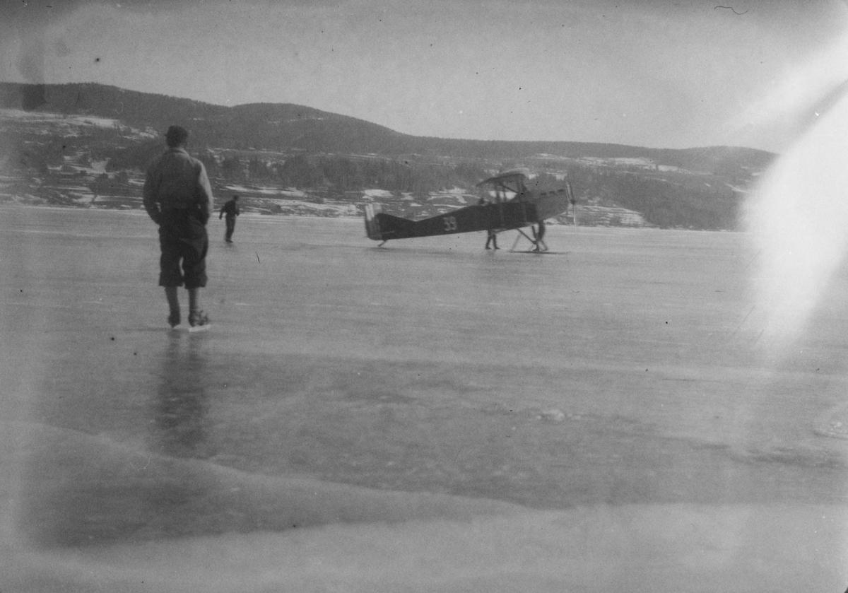 Fly på Mjøsisen ved Vingnes. Biplan.