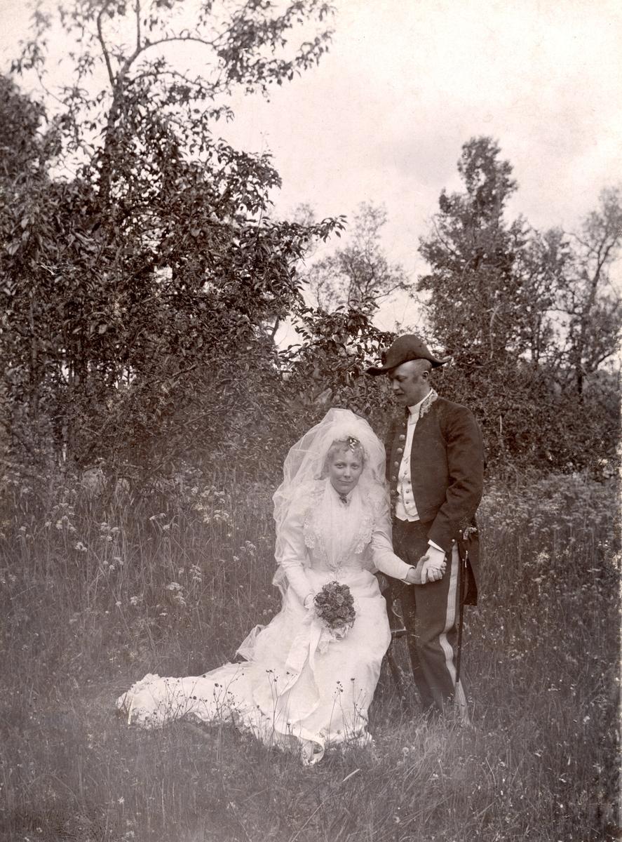 Bröllopsbild från Ammiel och Gertrud Lundqvists vigsel 1893. Bilden bär på en del mystik. Enligt påskrift är den tagen invid prästgården Korsnäs i Skällvik socken, men paret återfinns inte som gifta i socknen eller i annexförsamlingen Sankt Anna nämnda år. Hur som ser vi ett vackert porträtt av sonen till kyrkoherden i Skällvik, Gustaf Leonard Lundqvist och makan Jacuette, född Ljunglöf. Gertrud var född Kjellström. Möjligtvis är det den fotointresserade kyrkoherden som tagit bilden.
