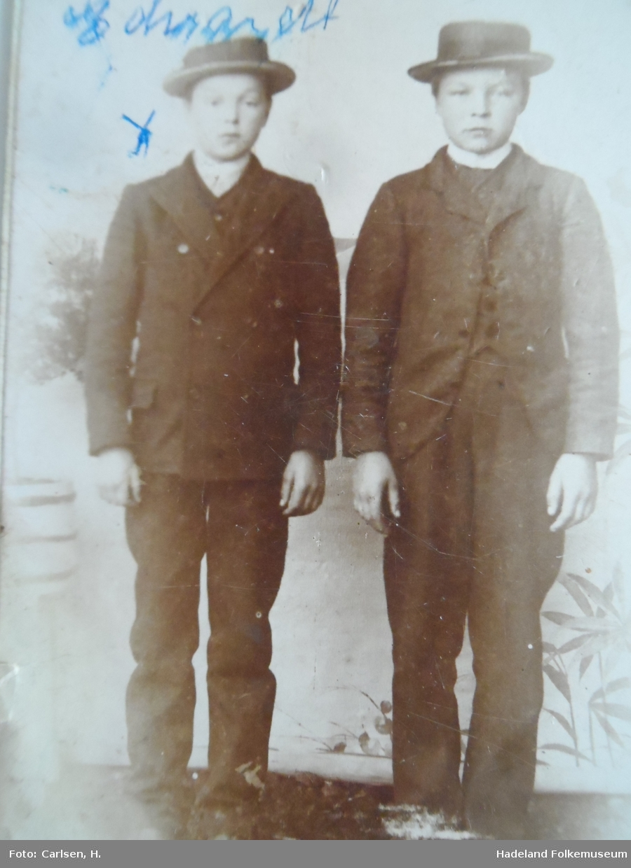 To gutter. Edvard Fredriksen og en venn da de gikk på Amtskolen.