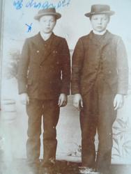 To gutter. Edvard Fredriksen og en venn da de gikk på Amtsko