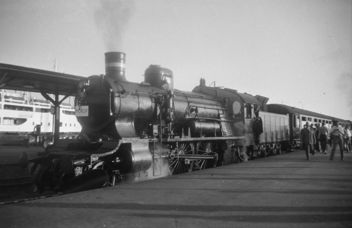 Dansk damplokomotiv type F nr. 916 med persontog i Korsør i Danmark.