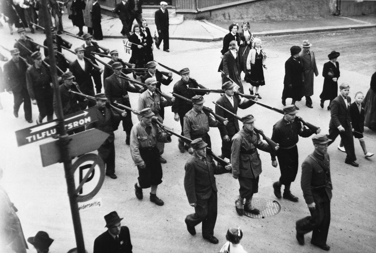 Repro, milorgkarer fra Gausdal, 17. maitog, Lillehammer 1945 Foran ses Jon Nordrum. I midten i første rad B. Wadahl.
