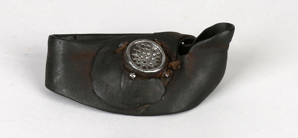 Seilmakerhanske. Likhanske i lær med hull til tommel og påsydd stålplate til å presse nålen gjennom seilet med.
