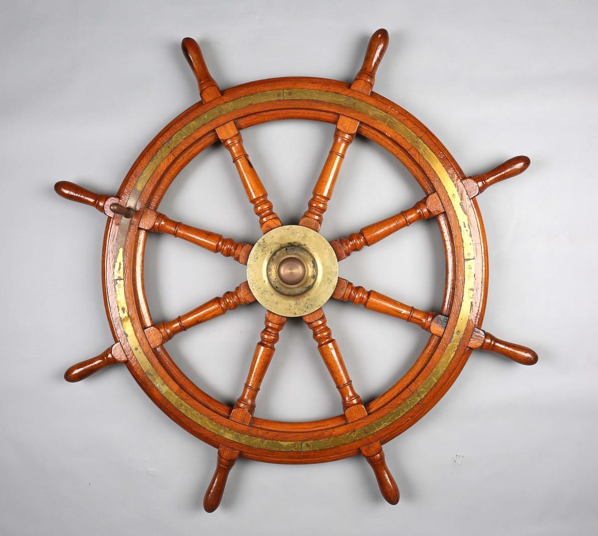 Skipsratt trolig fra DS OSTERØ i teak og messing  med åtte eiker/knagger.