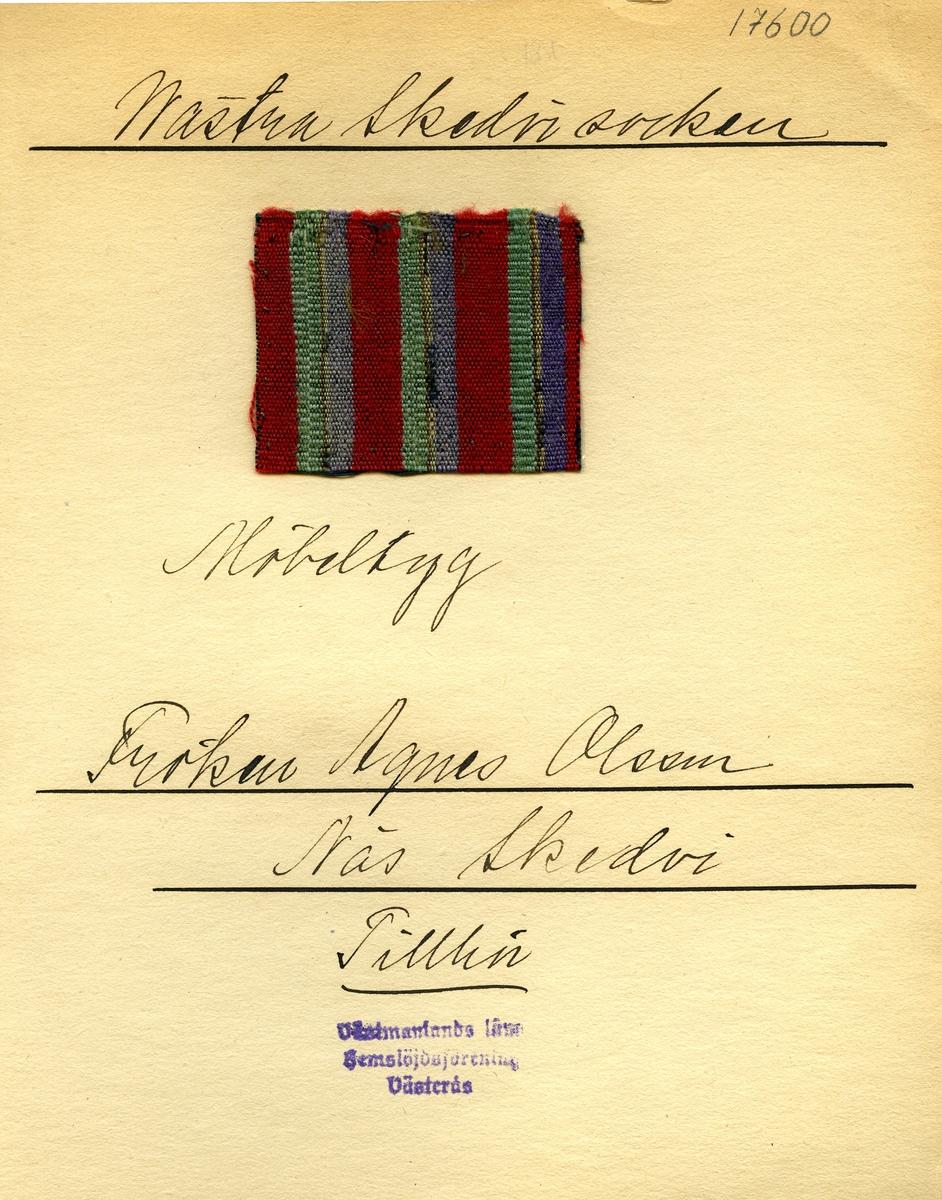 Anmärkningar: Vävnadsprov Olga Anderzons samling. Möbeltyg, Fröken Agnes Olsson, Näs Skedvi Västra Skedvi sn. Vävprov av halvylle i tuskaft, randigt. Bomullsvarpen är svart. Inslaget av ull är randat i rött, lila, vitt och grönt. L. 750 630 Br. 530 510