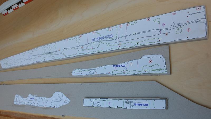 Tegninger av tre hudbord og et reparasjonsbord fra Lovundbåten, skrevet ut på papir i skala 1:5 og limt på bokpapp. (Foto/Photo)