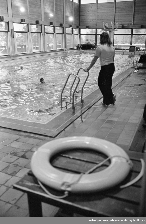 Romsås. Fra Romsås Bad. Badevakt Åge Skaug tar et overblikk over det, nesten folketomme bassenget. Mars 1978