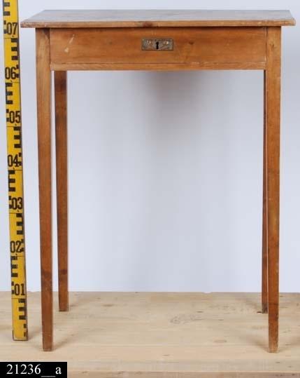 Anmärkningar: Bord, jugend, omkring 1900.  Rektangulär bordsskiva. En draglåda med en mässingskylt med jugenddekor (bild 21236__b). Fyra nedåt avsmalnande ben.  Större delen är av ljust lövträ, några delar är av furu.  Tillstånd: Nyckel saknas.  Historik: Inköpt från Västerås Auktionsbyrå för 50 kr.