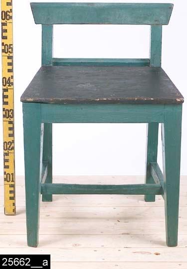 """Anmärkningar: Stol, omkring 1900.  Rakt överstycke och raka bakstolpar. Genombruten rygg. Sits av trä. Fyra fyrkantiga ben. Ett H-kryss binder samman benen. Under sitsen står det """"Sellinsberg. 151 Eriksson. 12K i18 Ramnäs"""" (bild 25662__b). H:645 Br:450 Dj:410  Pallen är grönblå överallt utom sitsen som är svart. Den främre benslån är naturligt nött.  Se även invnr. 6556 samt invnr. 25663-25666.  Historik: Gåva av Kungliga Västmanlands Regemente, I18, 1928."""