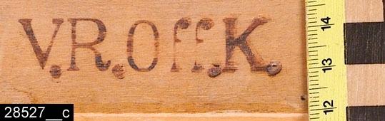 Anmärkningar: Stol, sen Karl Johan, omkring 1830  Svagt konvext överstycke. S-svängda bakstolpar. Genombruten rygg med dekorerad ryggslå. Sits av rotting. Samtliga ben är utåtsvängda från stolen (bild 28527__b). Undertill är stolen märkt V.R.OFF.K. (bild 28527__c), d.v.s. Västmanlands Regementes Officers Kår. H:865 Br:435 Dj:495  Invnr. 28527 ingick urpsrungligen i invnr. 12314. Enligt liggaren bestod invnr. 12314 ursprungligen av två 2 soffor och 3 stolar. Endast stolarna har registrerats av projektet Access. Inventarienumret är dock splittrat, se även invnr. 25691 och 12314.  Tillstånd: Rottingsitsen är något skadad.  Historik: Gåva från Kungliga Västmanlands Regemente, Västerås.  Negativnummer X-1948