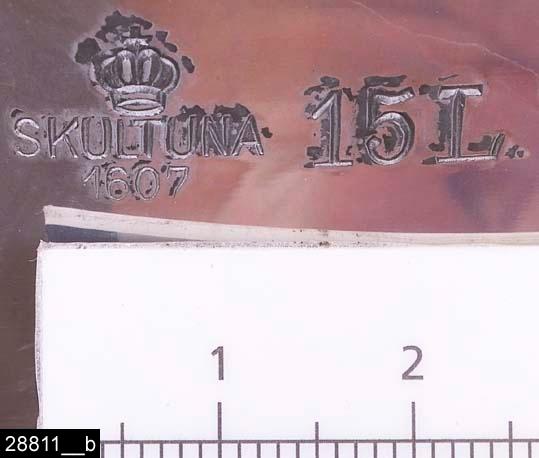 """Anmärkningar: Kittel, 1930/40-tal.  Rund kittel med fläns, två ebonitisolerade handtag och ett handtagsförsett lock. Till höger om det ena handtaget finns stämplar i form av en krona samt texten """"SKULTUNA 1607 15L"""" (bild 28811__b). Kring det ena handtaget hänger en lapp med texten """"SKULTUNA BRUK GRUNDLAGT ÅR 1607"""". Kitteln är avbildad i kataloger från Skultuna från 1930-40-talen. I en katalog från 1937 framgår det att kitteln kostade 11,70 kronor (bild 28811__c). H:220 D:240 Br:420 (avser måttet diameter samt handtagens mått)  Tillstånd: Nyskick.  Historik: Gåva från SAPA AB, Division Service, 2002. Föremålet stod i ett skyddsrum på bruksområdet i Skultuna."""