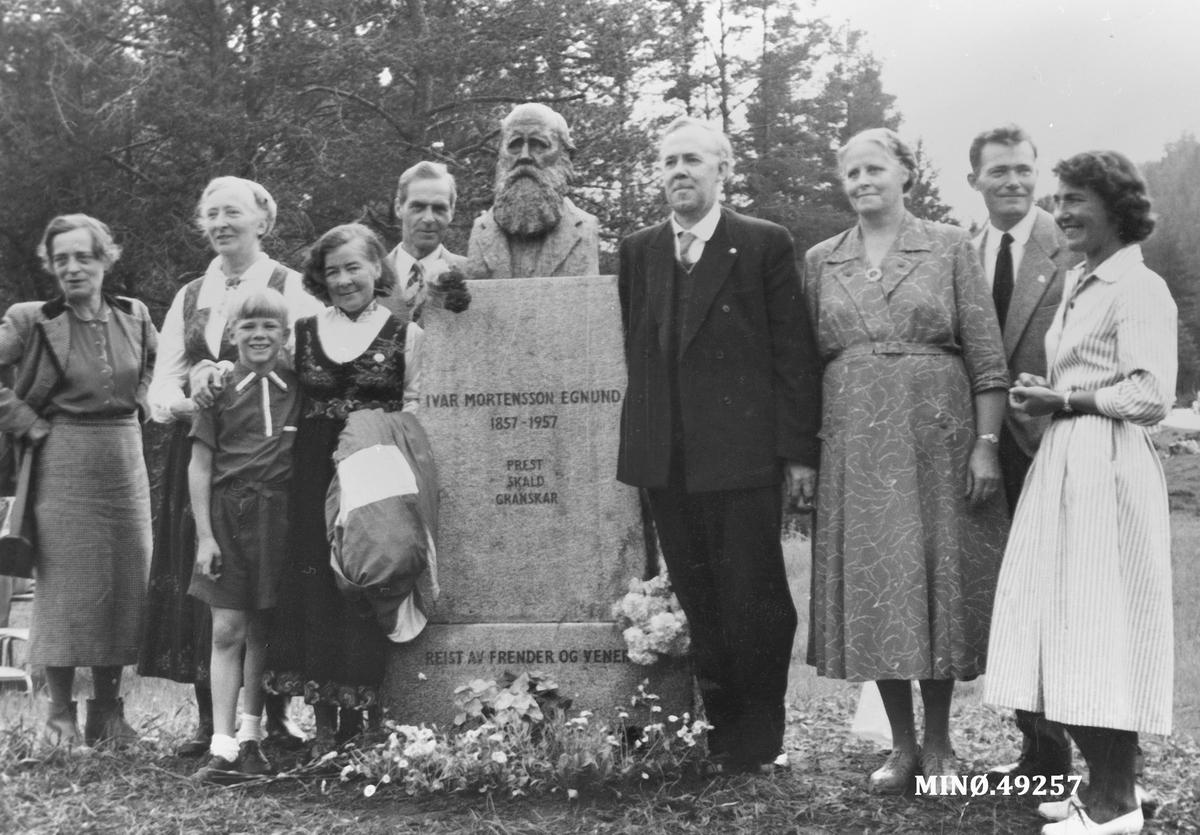 Familien samlet rundt støtta av I. M. Egnund.