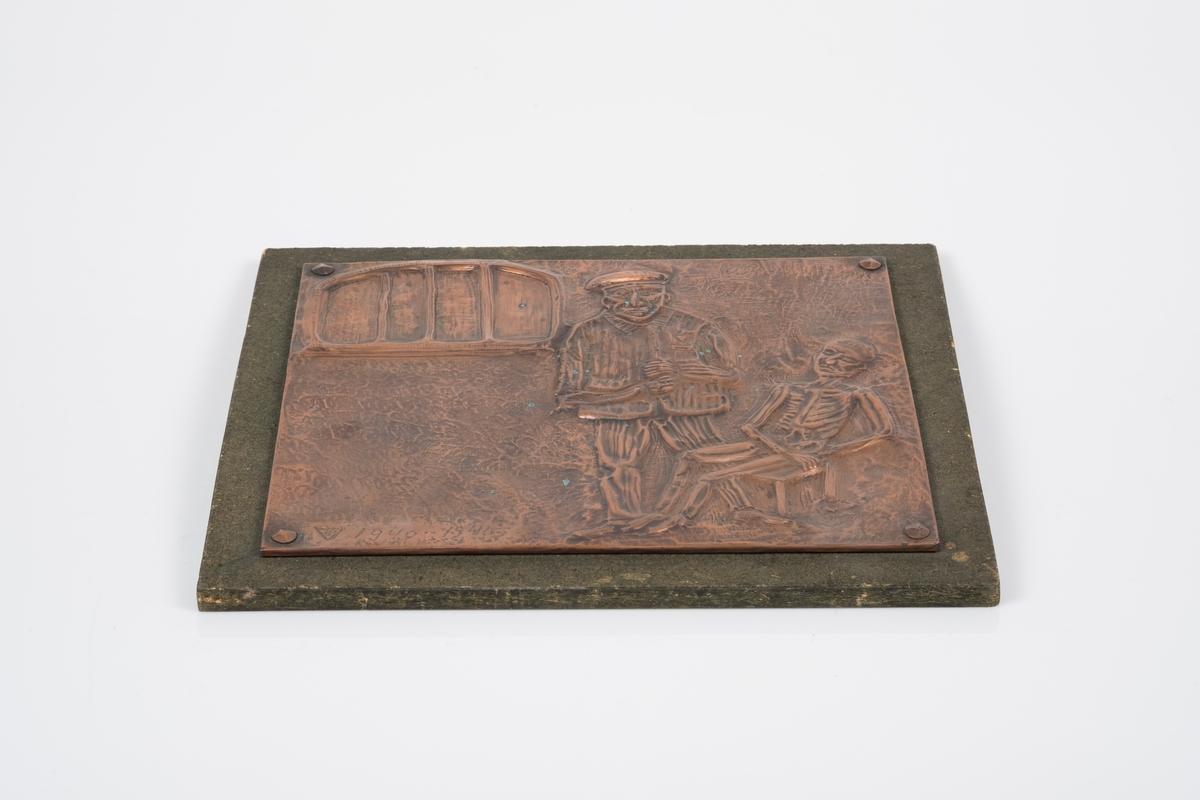 Motivet viser to fanger i et fangerom. Vinduet har gitter. Den ene fangen har fangedrakt på seg og holder hendene over magen. Den andre fangen sitter på en krakk, og er naken og svært avmagret.