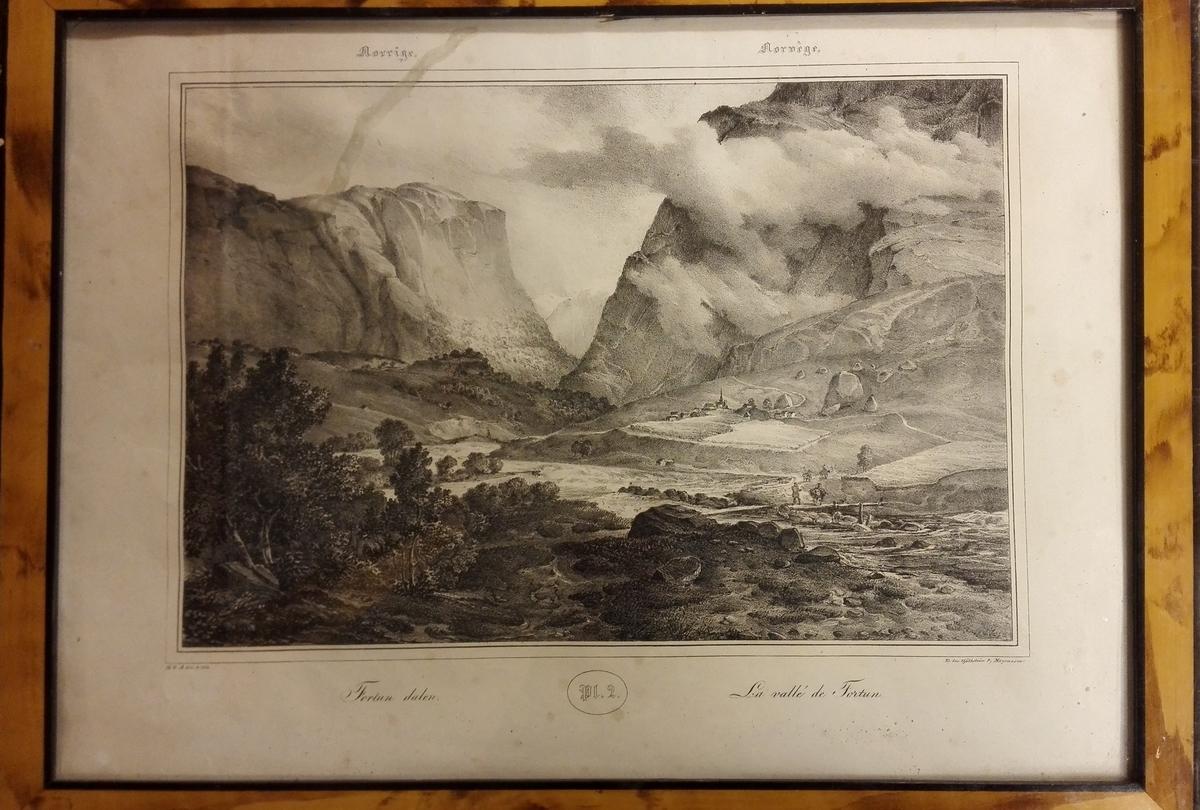 """4 litografier.  Fire litografier i ramme, alle 40,7 x 30,3 cm. Rammen brunflammet med sort indvendig og utvendig kant. Litografiene har tilhørt en mappe eller bok litografier utgit i Frankrige - efter sælgerens opgave - i slutten av 1700-tallet og meget sjældne. Har alle Pl-no. samt norsk og fransk tekst.  """"Fortun dalen - La vallé de Fortun - M.G.A. del & lith. - Tr. hos Gjølthstrøm & Magnusson"""" Pl2.  Kjøpt i Centrums Kontor, Kirkegaten 8, Kristiania."""