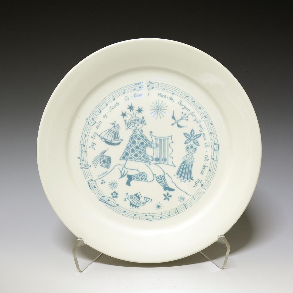 3ce59e0e Tallerken av porselen. Hvit glasur. Midtfeltet dekorert i grønt. Motiv: