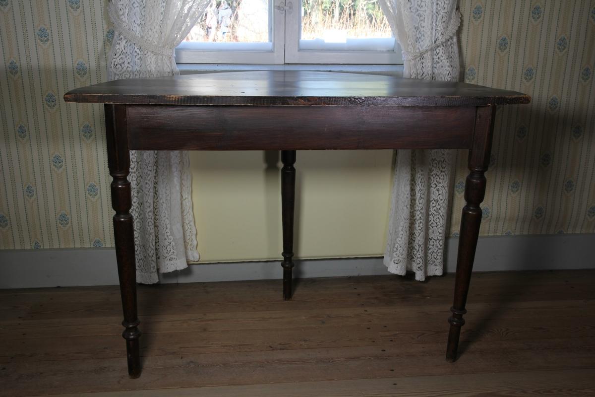 Bord bestående av två halvcirkelformade delar, vardera med tre profilerade ben. Brunsvart ådringsmålning.